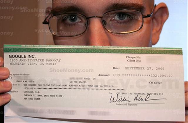 Jeremy Schoemaker con su cheque de 132.994,97 dolares